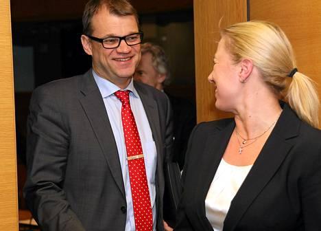Juha Sipilä ja Jutta Urpilainen naureskelivat eduskunnassa viime vuoden marraskuussa.