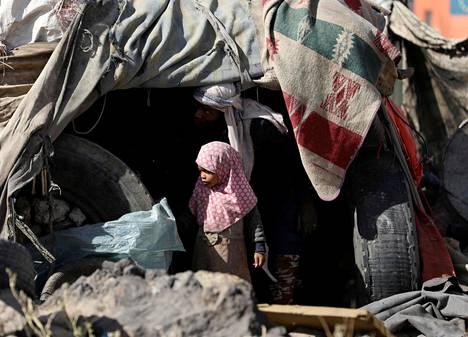 Jemenissä vallitsee humanitäärinen kriisi, sisällissota ja nälänhätä. Kodeistaan panneita ihmisiä on kolmisen miljoonaa. Kuvassa pikkutyttö perheen teltan edessä lähellä Sanaan kaupunkia maaliskuussa.