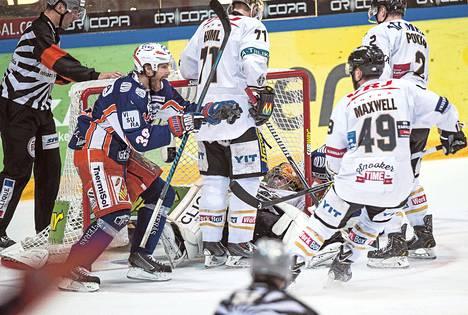 Tomas Plihal aloitti heti juhlinnan, vaikka voittomaali syntyi videotarkistuksen vaatineesta tilanteesta. Kärppien maalivahti Jussi Rynnäs makaa selällään maalissa.