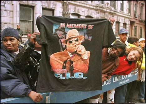 Ystävät ja fanit asettuivat kunnioittamaan räppäri Notorious B.I.G:ta tämän hautajaissaattueen varrelle New Yorkin Brooklynissa maaliskuussa 1997.