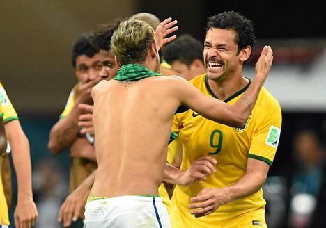 Paidaton Neymar juhlii viikset kasvattaneen Fredin kanssa Brasilian lohkovoittoa maanantaisen Kamerun-ottelun jälkeen.
