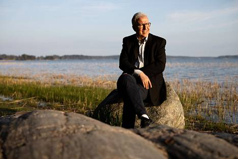 """Ennen Suomeen tuloa Mohamed El Aboudi opiskeli Pariisissa Sorbonnen yliopistossa. """"Eräs professorini oli käynyt Suomessa ja kehui pohjoisen ihmeellisiä maisemia"""", hän kertoo. El Aboudi kuvattiin kotikaupungissaan Espoossa Klobbenin uimarannalla."""