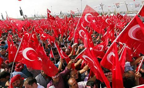 Turkin liput liehuivat mielenosoituksessa, jossa vastustettiin kurdistanilaista työväenpuoluetta PKK:ta, jonka iskuissa on kuollut poliiseja ja sotilaita Turkin kaakkoisosissa.