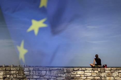 Euroopan komission mukaan EU-jäsenyys voi olla Serbialle ja sen naapurille Montenegrolle mahdollista vuonna 2025 tietyin ehdoin. Nainen nautti kevätpäivästä Belgradissa huhtikuussa 2015.