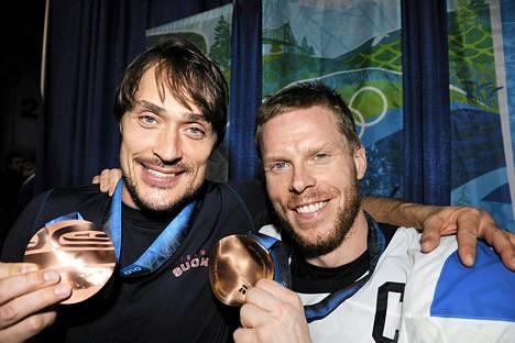 Teemu Selänne (vas.) ja Saku Koivu päättivät jääkiekkouransa vuonna 2014. Kuva on Vancouverin olympialaisista vuodelta 2010.