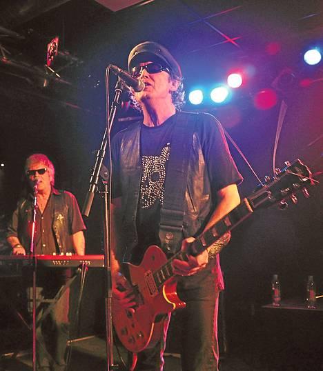 Laulaja-kitaristi Matt Dangerfield (oik.) on yksi The Boysin perustajajäsenistä. Kosketinsoittaja Casino Steel on kolmas yhä mukana oleva alkuperäisjäsen.