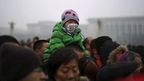 Pekingissä Tiananmenin aukiolla liikkuneella lapsella oli hengityssuojain ilmansaasteita vastaan.