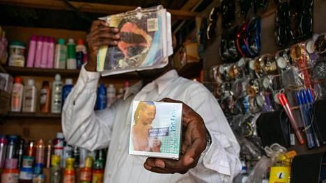 Ruandan viranomaiset ovat kieltäneet vaalennusvoiteiden myynnin. Kigalilainen torikauppias peitti varmuuden vuoksi kasvonsa esitellessään tuotteita, jotka lupaavat nopeaa tehoa ja tasaista sävyä.