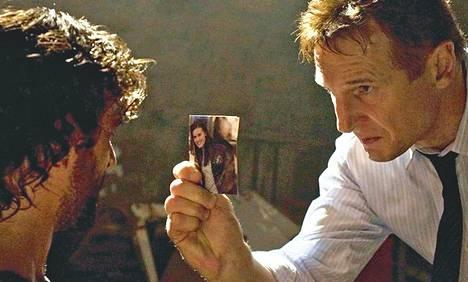 Liam Neeson (oik.) näyttelee toimintaelokuvassa tosissaan.