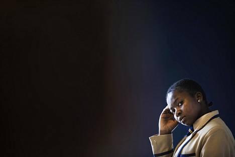 Eteläisen Afrikan Zimbabwessa aikuistuvat tytöt tasapainoilevat perinnekulttuurin ja modernin yhteiskunnan vaatimusten ristiaallokossa. Letwin Chakanetsa on orpo, mutta hän aikoo kirjoittaa ylioppilaaksi ja opiskella omaan ammattiin. Nuoren naisen koulumaksut maksaa suomalainen kummiperhe.