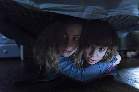Gillian Jacobs (vasemalla) ja Azhy Robertson (oikealla) Jacob Chasesin elokuvassa Come Play.