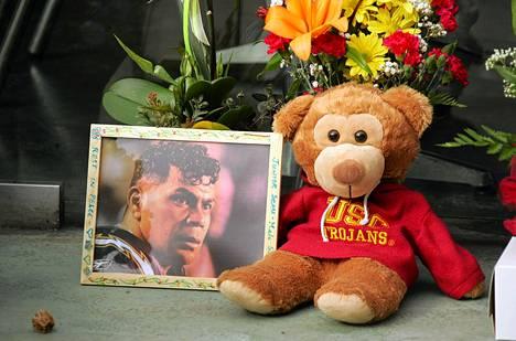 Itsemurhan tehnyttä Junior Seauta muistettiin kukin, pehmoleluin ja valokuvin San Diegossa.