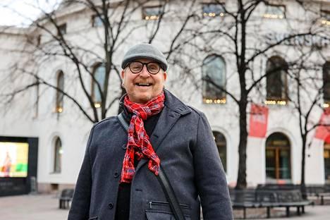 Ohjaaja, koreografi Markku Nenonen kokee saaneensa tehdä urallansa kaiken haluamansa, Cabaret'n seremoniamestarista Lainahöyhenien drag queeniin.