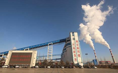 Hiiltä käyttävä sähkövoimala Datongissa, Kiinassa. Kiina käyttää edelleen valtavasti fossiilista energiaa.