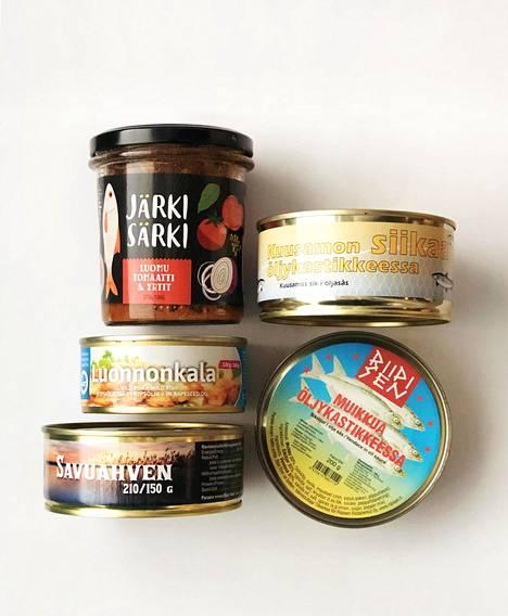 Ruokakaupoista löytyy useita suomalaisia kalasäilykkeitä.