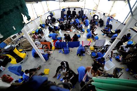 Aquarius-aluksen pelastamia pakolaisia laivan kannella tiistaina.
