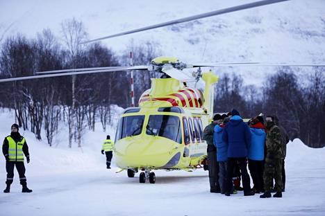 Pelastustyöntekijöitä Blåbærfjellet-tunturin juurella perjantaina.
