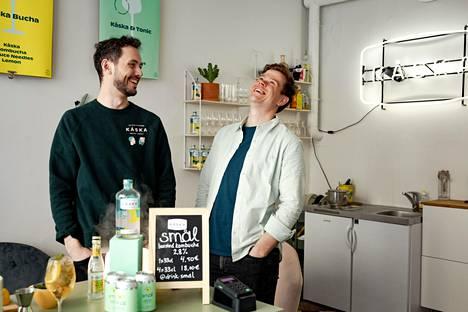Eetu Topo (vas.) ja Fred Karlssonin Kåska-yrityksensä pääkonttorissa, joka on myös kuuden asiakaspaikan baari.