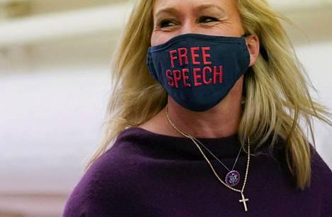 Marjorie Taylor Greene saapui edustajainhuoneen kuulemiseen maskissa, jossa viitataan sananvapauteen.
