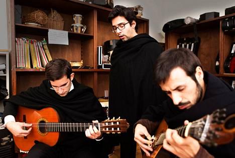 Porton yliopiston fadoklubin laulajan Luís Pedro Manuelin (kesk.), kitaristin Pedro Gomesin (vas.) ja portugalilaista kitaraa soittavan Sergio Liman kavereita ja omaisia on hajaantunut ympäri maailmaa töihin.