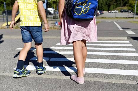Liikenneturva korostaa, että aikuiset ovat vastuussa lasten turvallisesta koulumatkasta, jossa tien ylitys on usein riskialttein kohta.