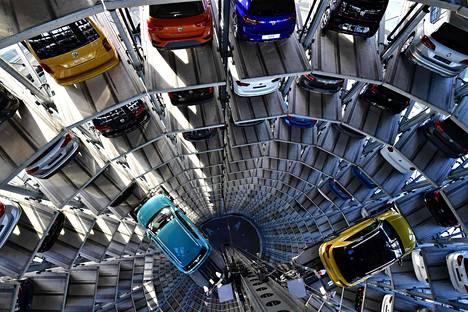 Autoja odottamassa toimitusta ostajilleen Volkswagenin autotornissa.