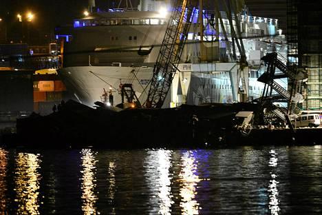 Pelastustyöntekijät etsivät yöllä eloonjääneitä merestä sortuneen tornin ympäriltä.