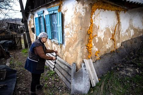 Leskirouva Alla Aleksandrovnan taloa Zolotessa on paikattu polyuretaanivaahdolla, koska tykinammuksen räjähdys oli romahduttaa seinän sisään aiemmin sodan aikana.