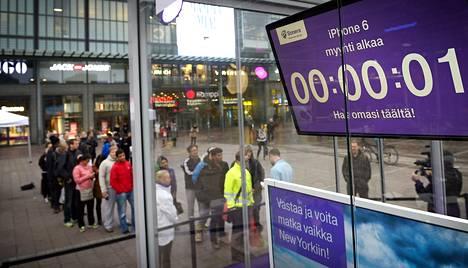 Soneran myyntipisteelle Helsingin Narinkkatorilla kertyi jonoa, kun uuden iPhone 6 -puhelimen myynti alkoi syyskuun 26. päivänä.