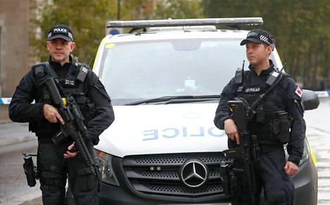 Aseistautuneet poliisit vartioivat Lontoon keskustassa aluetta, josta epäilyttävä paketti löytyi.