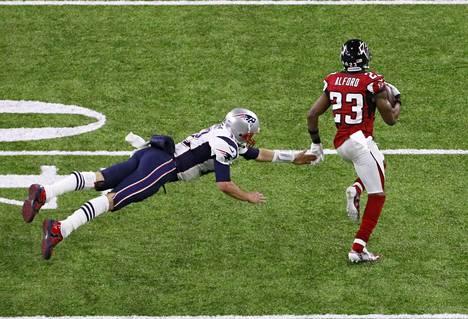 Falconsin kolmas touchdown syntyy kun Robert Alford karkaa syötönkatkon jälkeen 82 jaardin juoksulla maalialueelle.