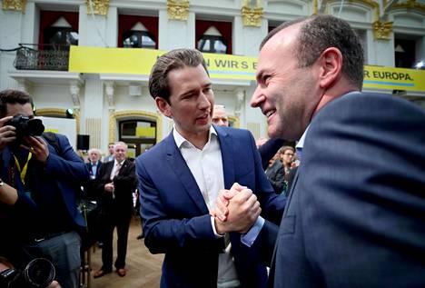 Saksalainen Manfred Weber (oik.) on EPP:n kärkiehdokas. Toukokuun alussa hän löi Wienissä kättä Itävallan liittokanslerin Sebastian Kurzin kanssa.