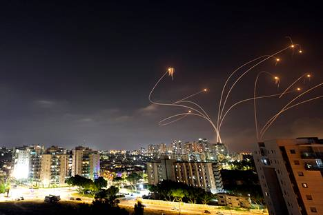 Israelin Iron Dome -ohjuspuolustusjärjestelmä tuhosi Gazan kaistalta ammuttuja raketteja maanantaina.
