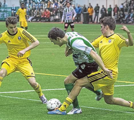 Pallokamppailussa HJK:n Samuel Haglund , KTP:n Ilari Äijälä ja HJK:n Roni Peiponen.