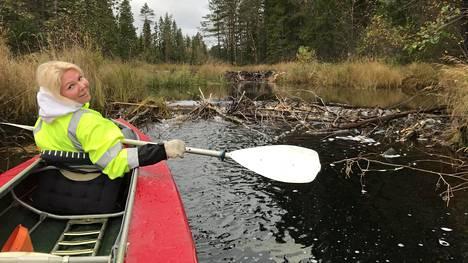 Henkilöstöpäällikkö Aleksandra Tšjornaja rentoutuu Suomen luonnossa.