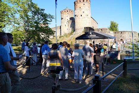 Savonlinnan oopperajuhlat valmistautuu kesän 2021 festivaaliin ja lähes puolittaa Olavinlinnan yleisömäärän tavalliseen verrattuna. Kuvassa oopperayleisöä kesällä 2018.