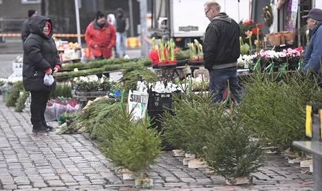 Joulunviettoaan ovat HS-gallupin perusteella koronan vuoksi muuttaneet etenkin pääkaupunkiseudulla asuvat. Joulukuusia myytiin Helsingissä Hakaniemen torilla lauantaina 5. joulukuuta 2020.