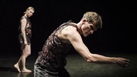 The Body -esityksessä tanssivat Liisa Pentti ja Bo Madvig.
