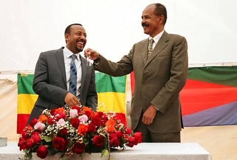 Etiopian ja Eritrean välinen tieprojekti on osa laajempaa kokonaisuutta, jolla pyritään vahvistamaan maiden välistä rauhaa. Kesällä 2018 Eritrean presidentti Isaias Afwerki (oik.) ja Etiopian pääministeri Abiy Ahmed avasivat Eritrean lähetystön Addis Abebassa.