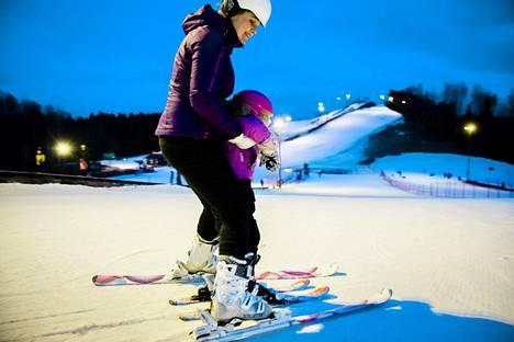 Marianne Mustonen vei tyttärensä Lumi Louhijärven laskeman mäkeä ensimmäistä kertaa elämässään.