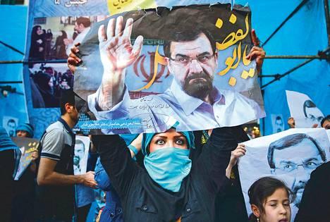 Kannattaja kantoi presidenttiehdokas Mohsen Rezaien kampanjajulistetta Teheranin kaduilla keskiviikkona.