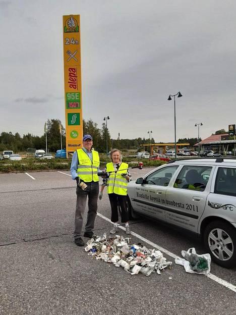 Ilkka ja Kaija Erkkilä ovat keränneet roskia vuodesta 2011 yhteensä 14 maassa. Suurin osa työstä on tehty Suomessa. Tähän mennessä he ovat keränneet yhteensä 2446 muovikassillista roskaa ja 900000 tupakantumppia.