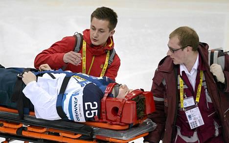 Pekka Jormakka viettiin alkausarjan Venäjä-ottelusta jäältä paareilla.