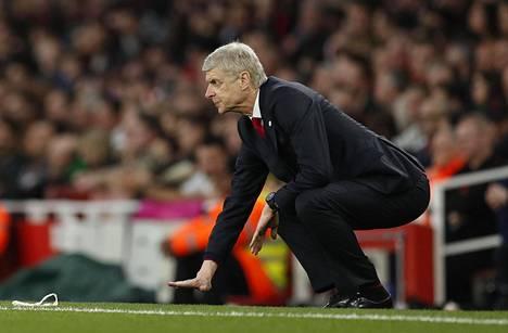 Lontoolaisjoukkue Arsenalin manageri Arsene Wenger elehtii seuratessaan joukkueensa otteita FA Cupin neljännesvälieräottelussa Lincoln Cityä vastaan lauantaina.