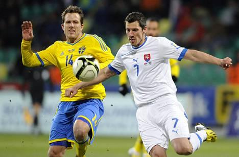Marian Cisovsky (oik.) taisteli pallosta Ruotsin Tobias Hysénin kanssa 26. maaliskuuta vuonna 2013.