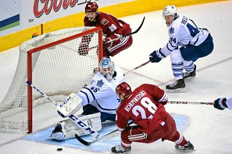 Lauri Korpikoski yritti ohittaa Toronton maalivahdin Jonathan Bernierin maanantain NHL-kierroksella.