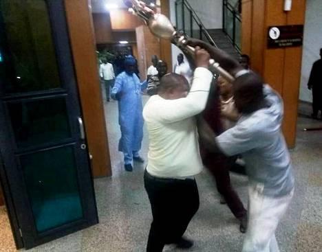 Valtikan vieminen johti käsikähmään Nigerian parlamentissa keskiviikkona. Torstaina tärkeä esine löytyi.