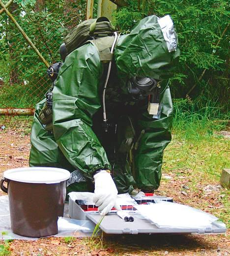 Puolustusvoimien valokuvassa suojelutiedustelija harjoittelee ottamaan näytettä.