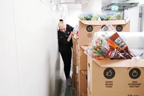 Jessica Strömberg tarkasti verkkotilausta K-Citymarketin kylmiössä Isossa Omenassa.