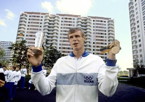 Pertti Karppinen esitteli Moskovan olympialaisissa vuonna 1980 kultamitaliaan ja Taistelijan maljaa, jonka hän sai tasavallan presidentti Urho Kekkoselta.